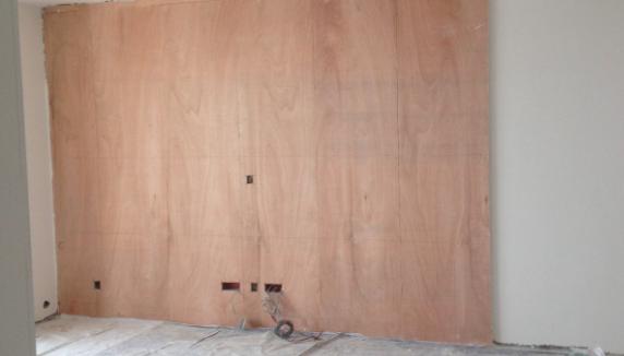 电视背景墙木工打底,后期镶嵌石材加玻璃
