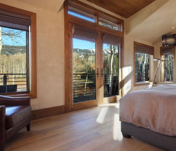 对于地板的选择我们最先最要懂得的是,现在市面上有些什么种类的地板,地板的具体种类有哪些,分别都有些什么作用。木地板弹性好,不起灰,易清洁,不返潮,蓄热系数小,常用于起居室、卧室等。木地板的种类主要有:实木地板、实木复合地板、强化地板等。    实木地板:   实木地板是木材不拼、不接加工而成的地板块,有温暖柔和、自然宜人、隔音、脚感好等优点。根据加工外形不同,可分为平口地板(平接木地板)和企口地板(榫接木地板)。根据加工方法的不同可分为拼花地板和竖木材板。   实木复合地板:   实木复合地板的基材就
