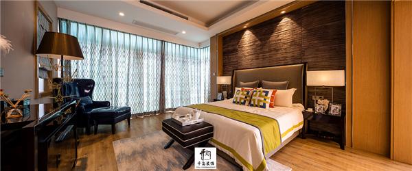 主页 装修日记       主卧室可以选择对比图案并且有丝绸感的窗帘及