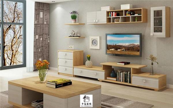 选择大理石瓷砖地面,条纹壁纸墙壁,电视墙隔板,整体的客厅效果更添