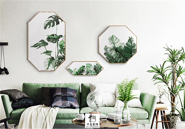 """绿植在ins家居中一直处于的大行其道的状态,清爽的绿色可以给客厅空间带来无限的生机与活力,也能够给人带来轻松愉悦的心情。可以摆放在任何需要的地方,给家居塑造""""天然去雕饰""""的美感。 如果自己实在没有时间和精力照料绿植,或者不太习惯植物放在室内,也可以选择由环保材料制成的仿真绿植代替天然绿植,极高的仿真度,加上不受环境影响的四季常绿的特性,让你的爱家时刻都被绿意环绕。"""